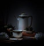 1 livstid fortfarande stearinljus i bronsljusstaken, kopp, orange bukett av rosor, klocka natt Arkivfoton