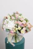 1 livstid fortfarande Vit bakgrund, glass vas med den blandade buketten härliga blommor Royaltyfri Foto