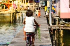 Livstil av barn som rider cykeln på Kohkood Thailand arkivbild