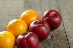 Śliwki i Clementines na stole zdjęcie royalty free