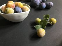 śliwki i mirabelki na ceramiczni talerze obrazy stock
