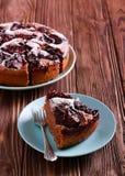 Śliwkowy czekoladowy tort z lodowacenie cukierem Obrazy Royalty Free