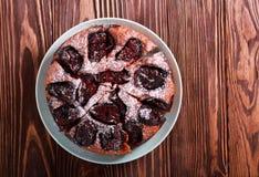 Śliwkowy czekoladowy tort z lodowacenie cukierem Zdjęcie Stock