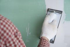 Lixando a lama do drywall Imagens de Stock Royalty Free