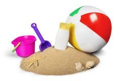 Lixe com bola de praia, creme de Sun e Toy Bucket Foto de Stock