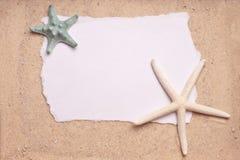 Lixe o fundo com sinal em branco de dois Starfish Imagem de Stock Royalty Free
