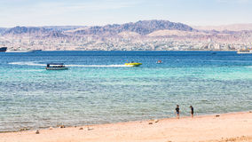 Lixe a praia da cidade de Aqaba e a vista da cidade de Eilat Fotografia de Stock