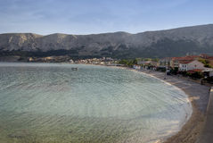 Lixe a praia em Baska na ilha Krk na Croácia Foto de Stock Royalty Free