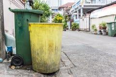 Lixo amarelo e verde fotos de stock