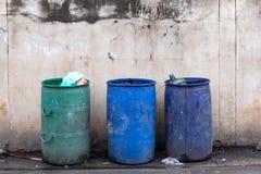Lixo completo do lixo, mentiras sujas fotografia de stock