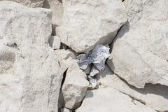Lixo da folha de alumínio deixado entre rochas foto de stock