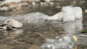 Lixo de flutuação no rio vídeos de arquivo