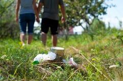 Lixo deixado na grama. Imagem de Stock