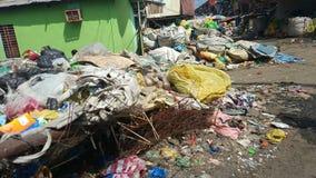 Lixo despejado na vizinhança Fotos de Stock Royalty Free