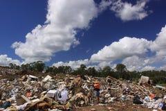 Lixo despejado perto de uma operação de descarga imagem de stock royalty free