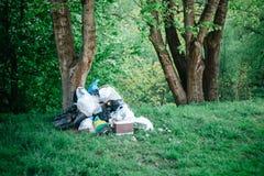 Lixo dispersado na poluição ambiental da floresta, problemas sociais imagens de stock royalty free
