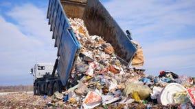 Lixo disposto do caminhão de lixo na operação de descarga Veículo que transporta o lixo ao desperdício video estoque