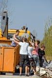 Lixo do carregamento no caminhão imagens de stock royalty free