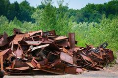 Lixo do metal na natureza verde Imagens de Stock Royalty Free