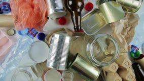 Lixo do plástico, do vidro, do metal e do papel para reciclar a reutilização do conceito e para reciclar Copie o espaço filme