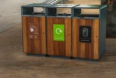 Lixo do tanque da separação para reciclar o tipo pela cor para a conveniência da classificação E armazenamento Entregado ao proce imagem de stock