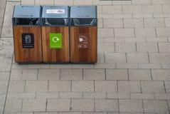 Lixo do tanque da separação para reciclar o tipo pela cor para a conveniência da classificação E armazenamento Entregado ao proce imagens de stock royalty free