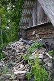 Lixo e desperdícios atrás da cabana com um carrinho de criança na parte superior da montanha fotos de stock