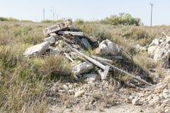 Lixo e materiais de construção velhos que poluem um lote vazio Imagens de Stock Royalty Free