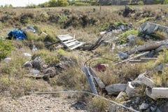 Lixo e lixo que poluem o ambiente foto de stock