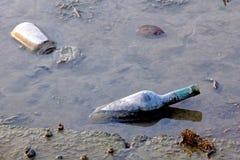 Lixo em um rio Foto de Stock Royalty Free