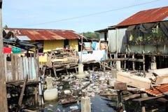 Lixo entre casas pobres fotos de stock royalty free