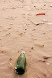 Lixo na costa do oceano Imagem de Stock