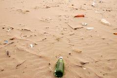 Lixo na costa do oceano Fotografia de Stock Royalty Free