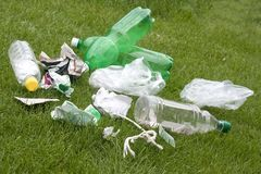 Lixo na grama Fotografia de Stock Royalty Free