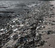 Lixo na praia imagens de stock