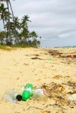 Lixo na praia Fotos de Stock Royalty Free
