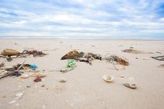Lixo na praia Imagem de Stock