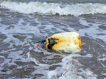 Lixo na praia do console de Ruegen fotografia de stock