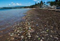 Lixo na praia filipino fotos de stock