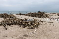 Lixo na praia Garrafas plásticas e de vidro vazias na areia Costa de mar Poluição ambiental fotografia de stock royalty free