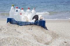 Lixo na praia, plástico Fotografia de Stock Royalty Free
