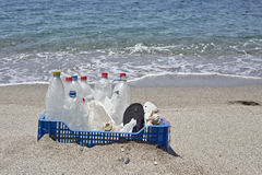 Lixo na praia, plástico Imagens de Stock Royalty Free
