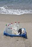 Lixo na praia, plástico Foto de Stock Royalty Free