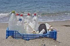 Lixo na praia, plástico Fotografia de Stock