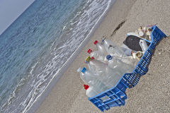 Lixo na praia, plástico Imagens de Stock