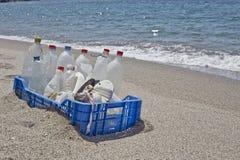 Lixo na praia, plástico Fotos de Stock Royalty Free