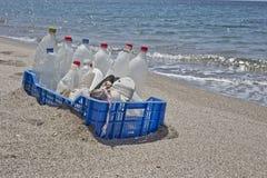 Lixo na praia, plástico Imagem de Stock Royalty Free