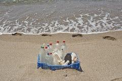 Lixo na praia, plástico Imagem de Stock