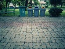 Lixo no parque e lixo separado pelo tipo foto de stock
