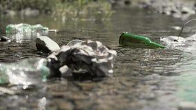 Lixo no rio video estoque